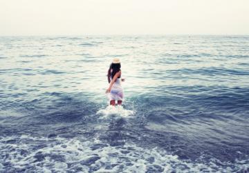欧美女生背影图片海边的