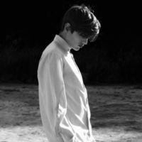 qq头像男生背影黑白伤感落寞的 思念已成烟被吹散